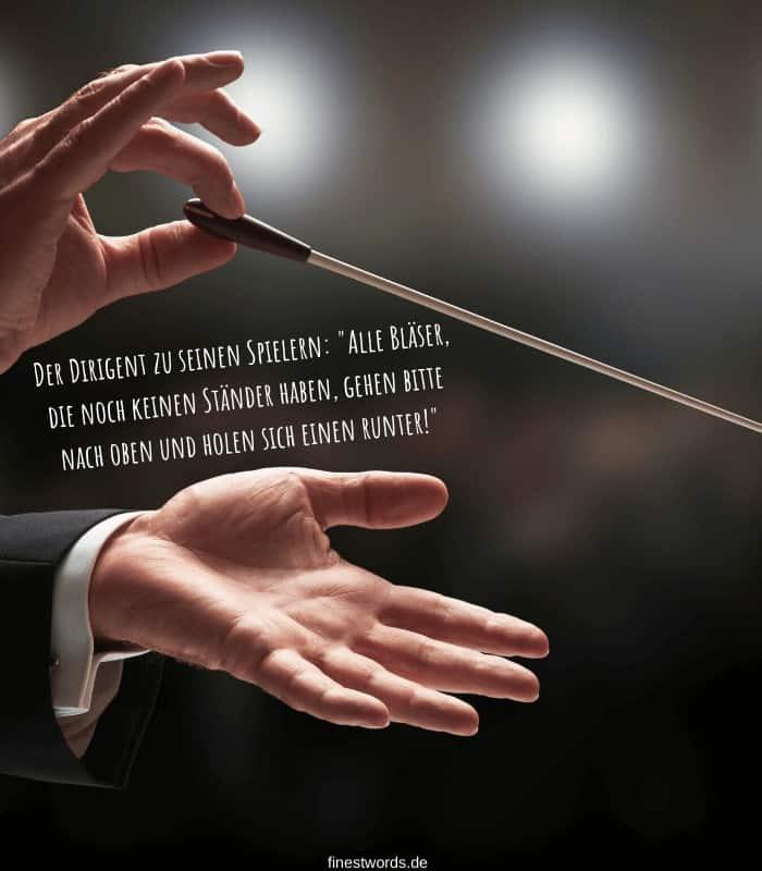 """Der Dirigent zu seinen Spielern: """"Alle Bläser, die noch keinen Ständer haben, gehen bitte nach oben und holen sich einen runter!"""""""